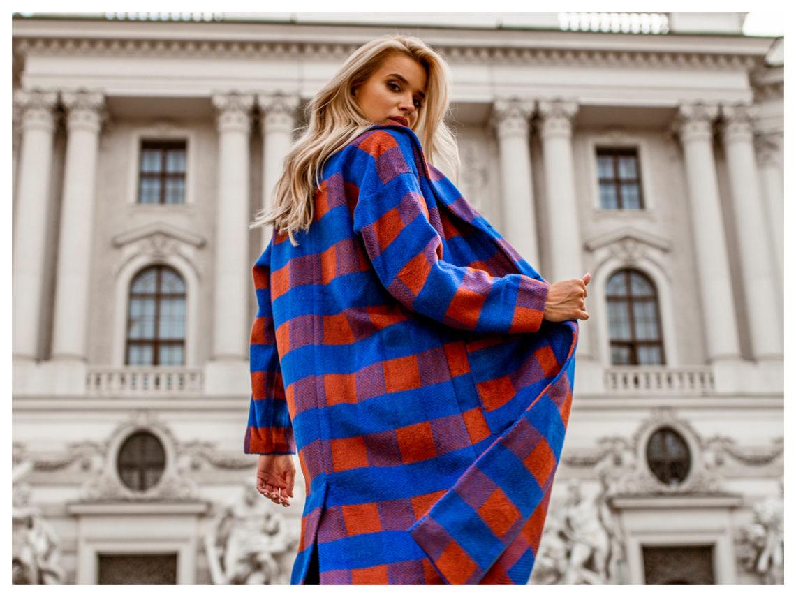 Modny płaszcz na jesień w niebieską kratę